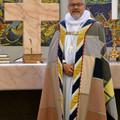 Billede af biskoppen i bispekåbe foran alterbordet i Ribe Domkirke